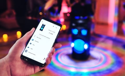 Invité utilisant l'application Sony | Music Center sur son smartphone