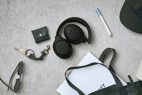 Photo style de vie montrant le design pliable du casque WH-XB900N.